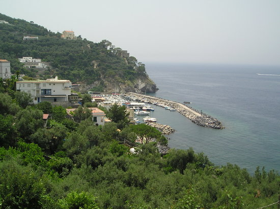 Massa Lubrense, Italië: view over the bay on the way to the Marina