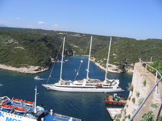 Bonifacio, França: Una barca a vela lascia il porto
