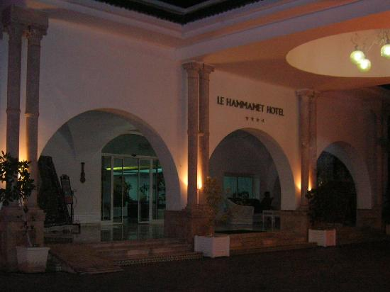 Le Hammamet Hotel: front of hotel at night