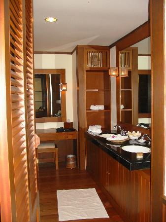Tanjong Jara Resort: Large Bathroom with shower & tub around the corner