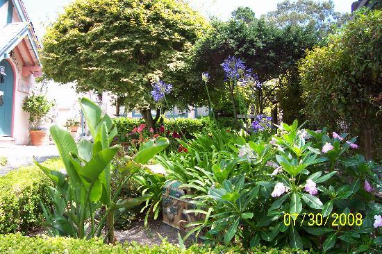 Happy Landing Inn: lovely gardens