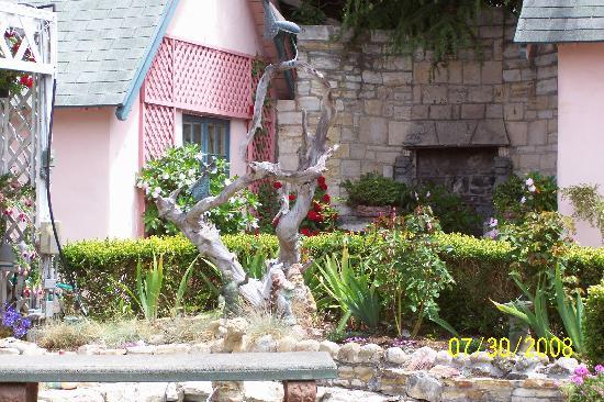 Happy Landing Inn: more gardens