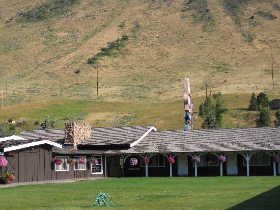 Virginian Lodge: Inner courtyard on an August mornng