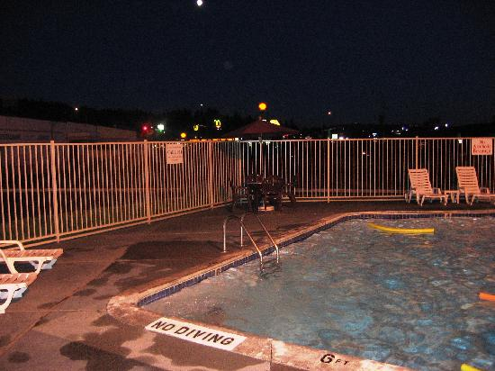 Motel 6 Kelso - Mt St Helens: pool at night, closes at 9:30