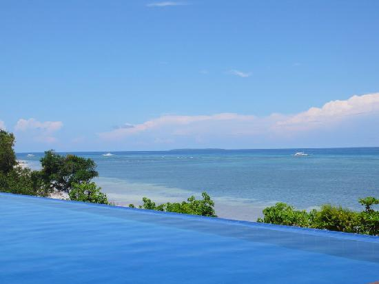 Eskaya Beach Resort & Spa: Infinity pool looks out to the sea