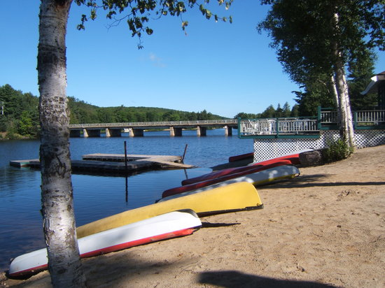 Dwight, Kanada: view of canoes and water from beach