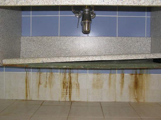 Le Galion Residence : traces rouille sous lavabo