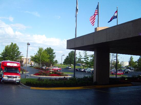 Kansas City Airport Marriott: hotel front area