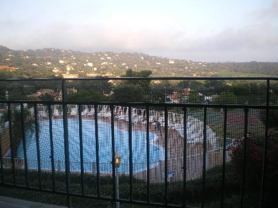Le Parc des Chênes : La piscine vue du restaurant