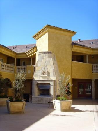 Best Western Dry Creek Inn: The Outdoor Fireplace - Beautiful
