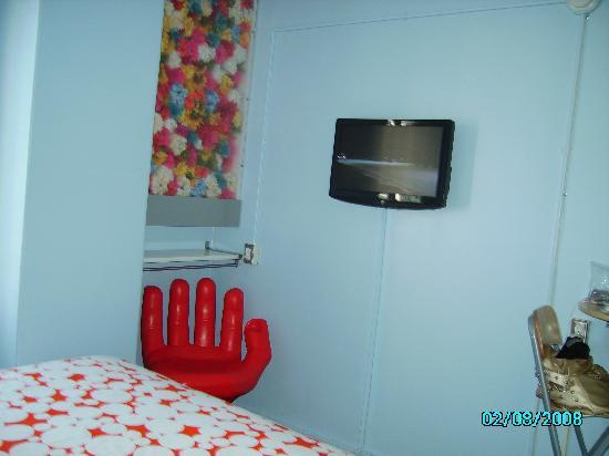 สเตย์ ออน เมน โฮเต็ล แอนด์ โฮสเทล: Digital TV mounted on wall