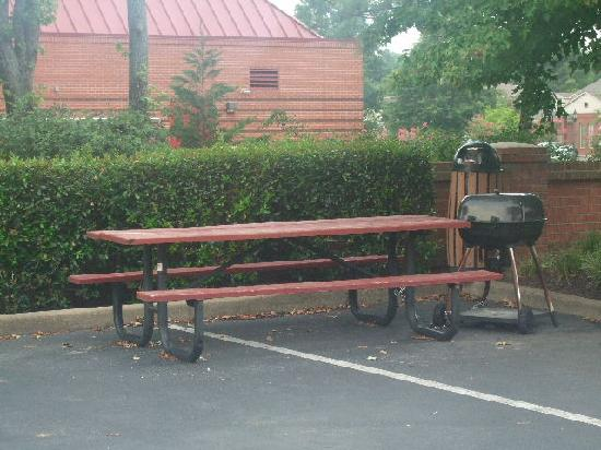 Quality Inn & Suites: Great BBQ Area or Smoking Area If they Mess Up Your Room