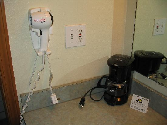 Days Inn Richland: Hair dryer and coffee maker