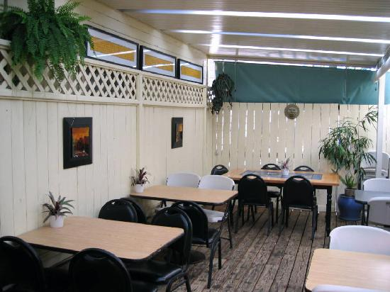 Studio One Cafe: nice to eat on the covered garden porch