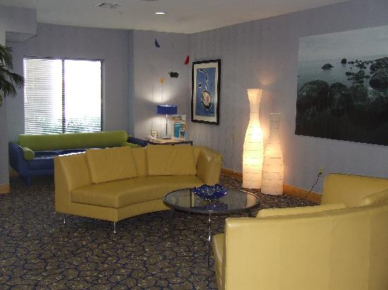 Comfort Suites: Colorful lobby
