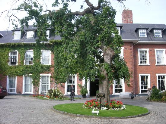 Hayfield Manor Hotel: Front view of hotel