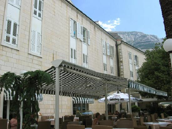 Makarska, Chorwacja: Sea view rooms - which really look at trees