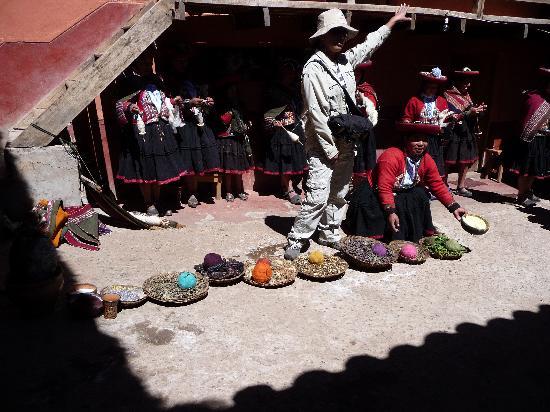 Machu Picchu, Pérou : Weaving demo