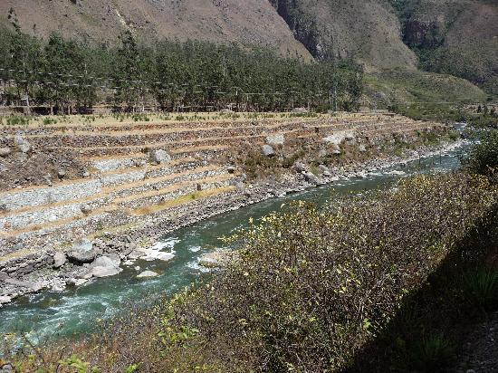 Machu Picchu, Perú: Inca terraces along the Urumbamba River train trip to M-P