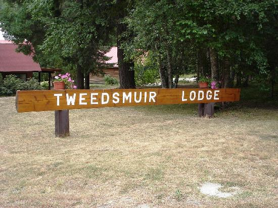 Tweedsmuir Park Lodge & Bear Viewing: Their sign introducing their lodge