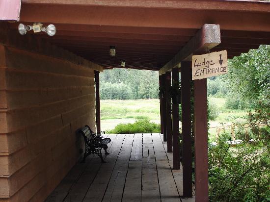 Tweedsmuir Park Lodge: entrance way to their lodge.