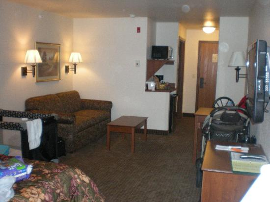 Expressway Suites of Fargo: Living area (note it's being lived in)