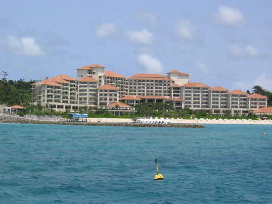 The Busena Terrace : 海からホテルを望む