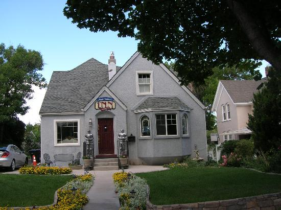 Amid Summer's Inn Bed and Breakfast: Don't let this little bungalow fool you: it's easily 3x this size with huge rooms & dining space