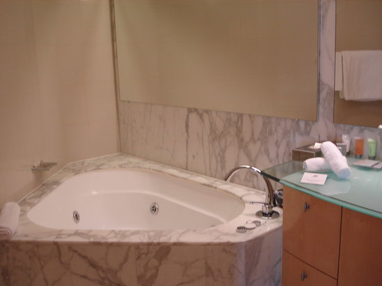 Pullman Quay Grand Sydney Harbour: Quay Grand Hotel Sydney-Bathroom