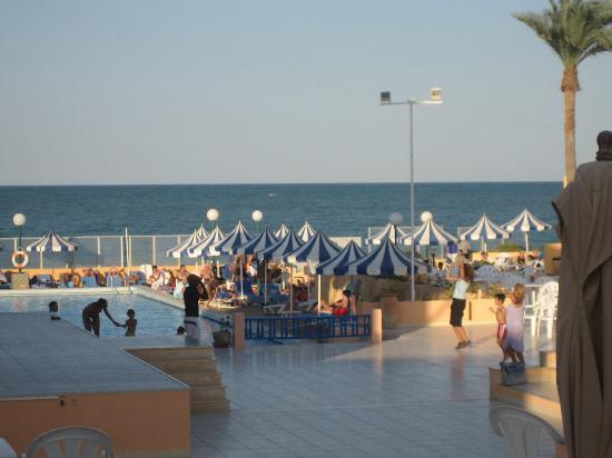 Club Oasis Marine: vue d'ensemble depuis l'accueil.. la piscine la mer