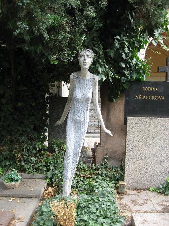 Hotel Vysehrad: Bizare head stone in cemetery