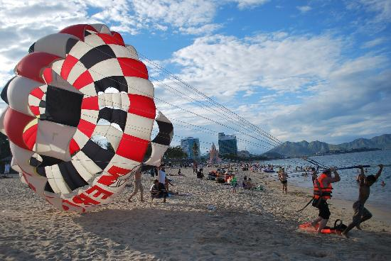 Sea View Hotel: Parasailing at Nha Trang Beach