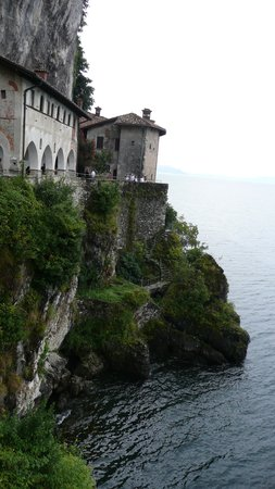 Leggiuno, Italia: EREMO DI S. CATERINA DEL SASSO