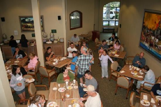 Forest Suites Resort at Heavenly Village: Breakfast at Forest Inn Suites with the family