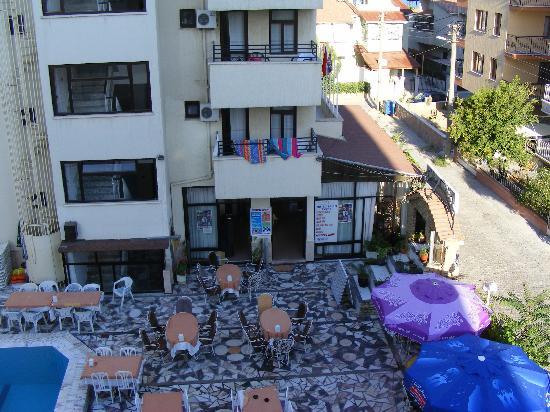 Sahin Yuvasi Hotel & Apartments: The hotel  door to reception