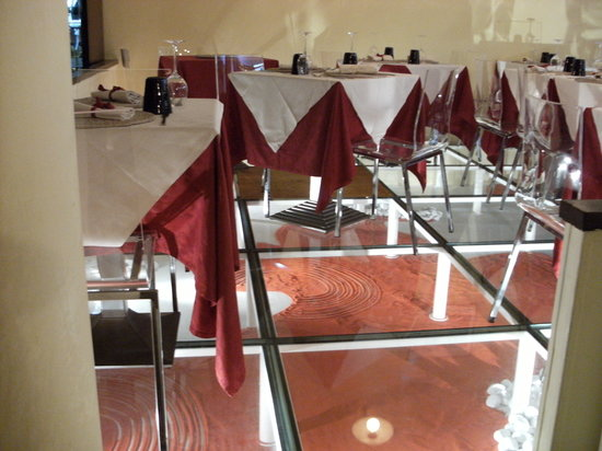 Golden Gate Wine Bar Lounge and Restaurant : Dining Area with Glass Floor