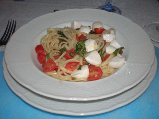 Golden Gate Wine Bar Lounge and Restaurant : Spaghetti, cherry tomatoes and mozzrella