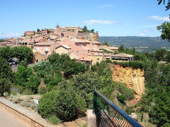 Le Clos de la Glycine: view of Roussillon