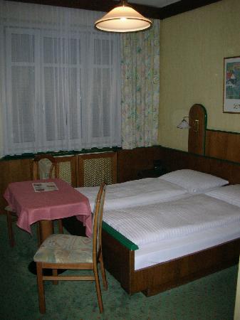 Hotel Hadrigan: La camera vista dall'ingresso