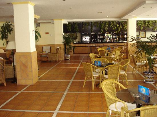 Las Arenas Hotel: Bar and lounge area