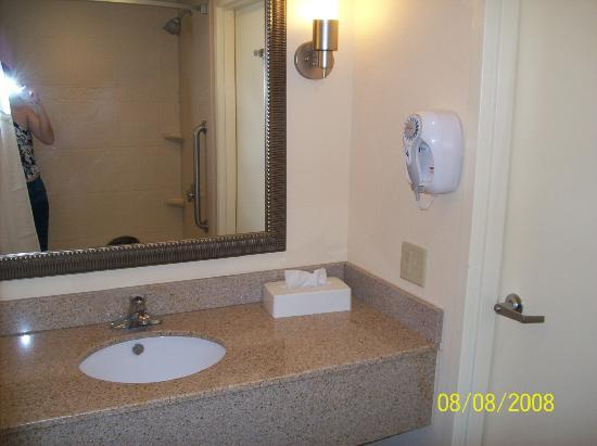 Holiday Inn Statesboro University Area: Clean Bathroom