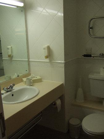 Ramada London Finchley : bathroom