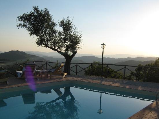 Agriturismo Monte Valentino: La piscina
