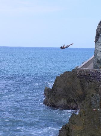 El Cid Castilla Beach Hotel: Cliff diver while on the city tour
