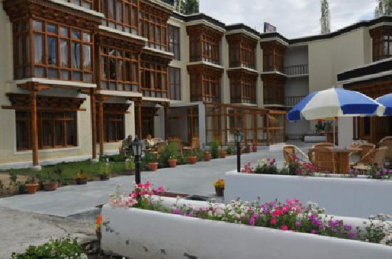 Hotel Mansarover: Mansarover front patio