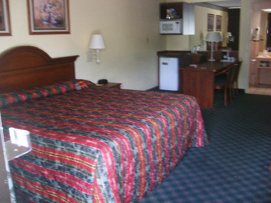 Howard Johnson Inn and Suites Clearwater FL: Clean spacious room with a nice king bed