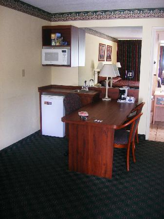 Howard Johnson Inn and Suites Clearwater FL: mini fridge, microwave and desk area--all very clean