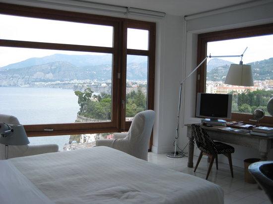 Maison La Minervetta : desk area/corner view