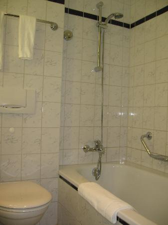 pentahotel Berlin-Köpenick: The bathroom is clean