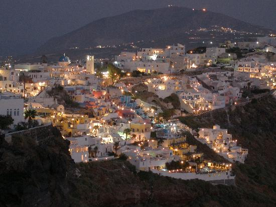 Dreams Luxury Suites: Fira by night